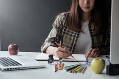 工作在创造性的书桌上的艺术家创造性的图表设计师 免版税库存图片