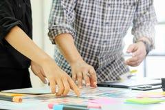 工作在创造性的办公室的图表设计师队与创造gra 免版税图库摄影