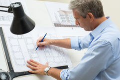 工作在制图桌上的建筑师 库存图片