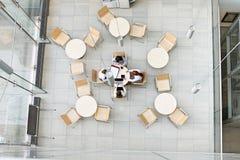 工作在办公室军用餐具的大角度观点的女实业家 库存图片