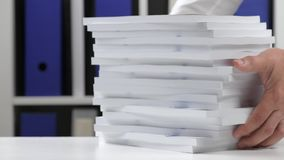 工作在办公室和堆积书的商人 股票录像