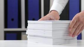 工作在办公室和堆积书的商人 股票视频