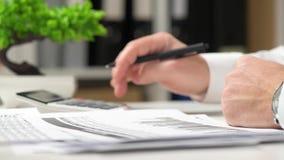工作在办公室和计算财务的商人 企业财务会计概念 股票录像