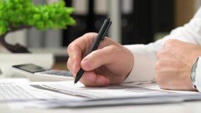 工作在办公室和计算财务的商人 企业财务会计概念 影视素材