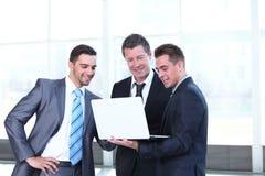 工作在办公室和谈话的确信的商务伙伴 免版税库存照片