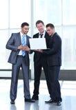 工作在办公室和plann的英俊和确信的商人 免版税库存图片