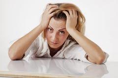 工作在办公室心理portr的疲倦的和被用尽的妇女 免版税图库摄影