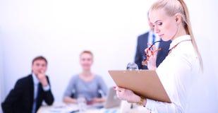 工作在办公室的一个少妇的画象站立与文件夹 一个少妇的纵向 2 business woman 图库摄影