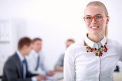 工作在办公室的一个少妇的画象站立与文件夹 一个少妇的纵向 2 business woman 免版税图库摄影