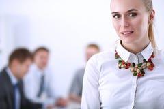 工作在办公室的一个少妇的画象站立与文件夹 一个少妇的纵向 2 business woman 库存图片