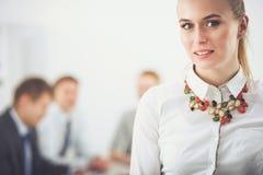工作在办公室的一个少妇的画象站立与文件夹 一个少妇的纵向 2 business woman 库存照片