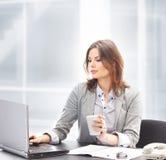 工作在办公室的一名新女实业家 库存图片
