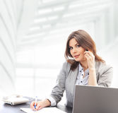 工作在办公室的一名新深色的女实业家 免版税库存照片