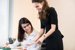 工作在办公室的两个女商人 免版税库存图片