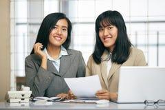 工作在办公室的两名女实业家 免版税图库摄影