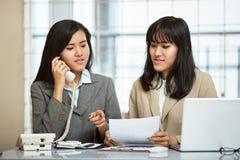 工作在办公室的两名女实业家 免版税库存图片