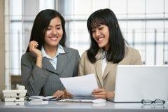 工作在办公室的两名女实业家 免版税库存照片