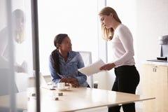 工作在办公室的两名随便加工好的女实业家 免版税库存照片