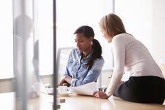 工作在办公室的两名随便加工好的女实业家 库存图片