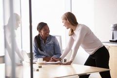 工作在办公室的两名随便加工好的女实业家 库存照片