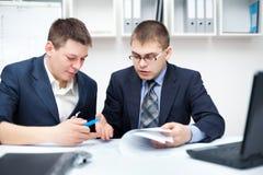 工作在办公室的二个新生意人 免版税库存照片