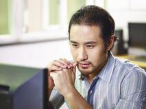 工作在办公室的亚裔商人 免版税库存图片