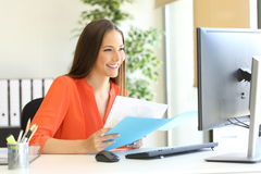 工作在办公室的企业家或执行委员 免版税库存照片