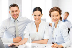 工作在办公室的企业队 免版税库存图片
