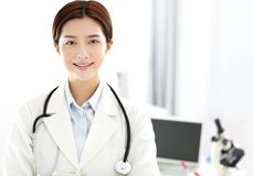 工作在办公室的医疗或科学研究员 库存照片
