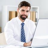 工作在办公室的商人 免版税库存照片