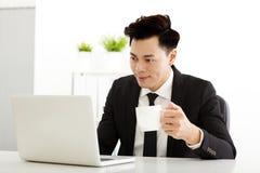 工作在办公室的商人 免版税库存图片
