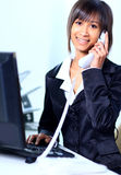 工作在办公室的女商人 库存图片