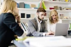 工作在办公室的女实业家和商人 免版税库存照片