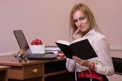 工作在办公室的妇女在圣诞节 免版税图库摄影