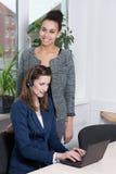 工作在办公室的妇女 免版税库存照片