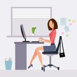 工作在办公室的妇女 免版税图库摄影