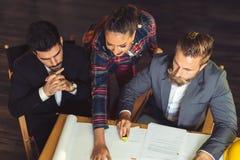 工作在办公室的小组繁忙的商人,顶视图 免版税库存照片