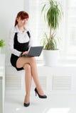 工作在办公室的少妇 免版税库存图片