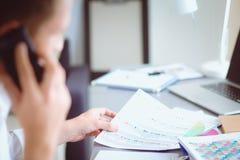 工作在办公室的年轻商人,站立 商人年轻人 免版税库存照片