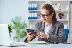 工作在办公室的年轻女实业家会计 免版税库存照片