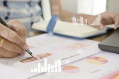 工作在办公室的年轻金融市场分析家在白色桌上 商人分析文件和计算器在手上 库存图片