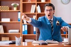 工作在办公室的律师 免版税库存照片