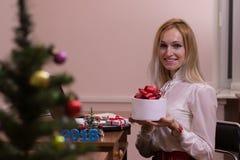 工作在办公室的快乐的妇女在圣诞节 图库摄影