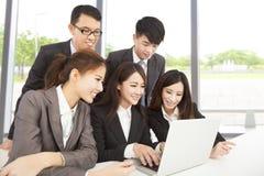 工作在办公室的愉快的亚洲企业队 库存照片