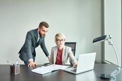 工作在办公室的成功的商人 免版税库存照片