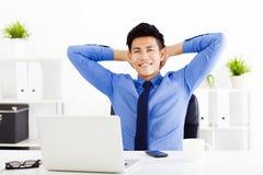 工作在办公室的新商人 免版税图库摄影