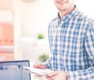 工作在办公室的新生意人,坐在服务台 免版税图库摄影