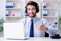 工作在办公室的电话中心雇员 免版税库存照片