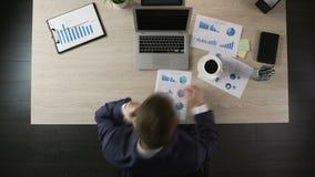 工作在办公室的繁忙的活跃人,键入在膝上型计算机,告诉客户, timelapse 股票视频