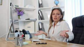 工作在办公室的美丽的少妇 并且不找到信息 库存图片